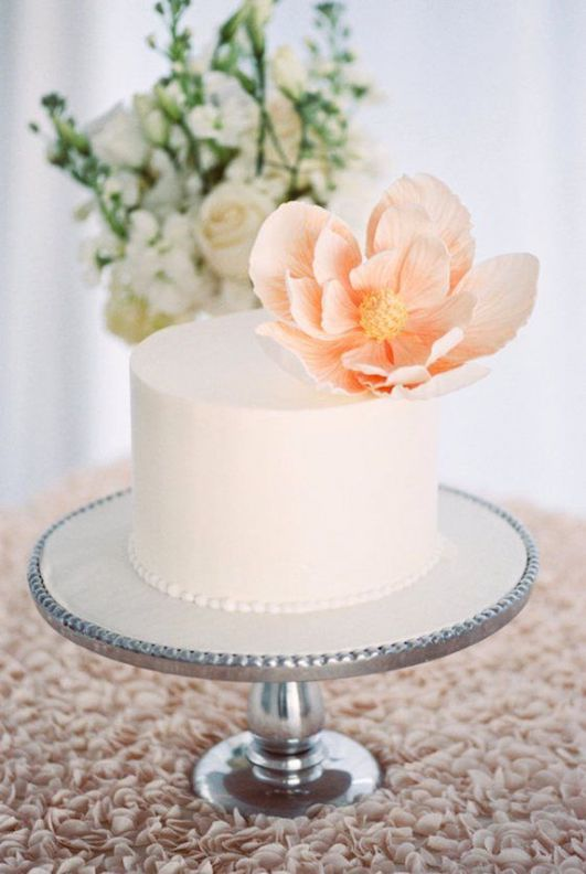 Pastel de bordes perfectamente rectos con una flor en blush para celebrar una íntima boda boho o tropical de Florida weddings.