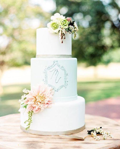Simple y hermoso pastel en fondant blanco con monograma dibujado a mano.
