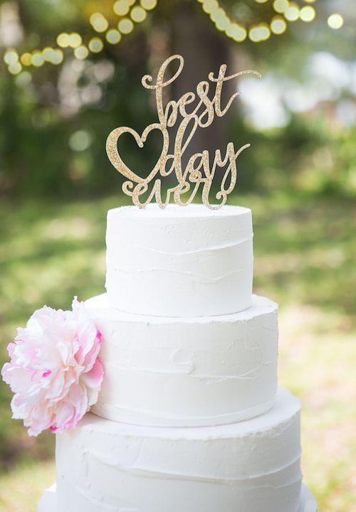 Para acompañar los pasteles de boda blancos, una flor o un cake topper ultra romántico.