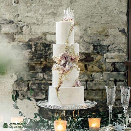 Los pasteles de boda blancos con geodos dejarán a todos boquiabiertos. Incluso a la feliz pareja.