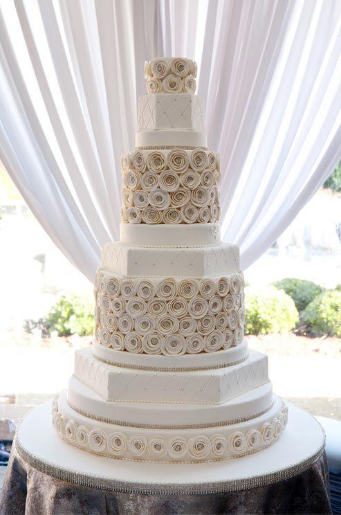 Los pasteles de boda blancos sencillos o increíbles como este son una elección acertada.