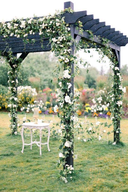 Aprovecha la pérgola del jardín y decórala con flores y hiedra. Un sueño.