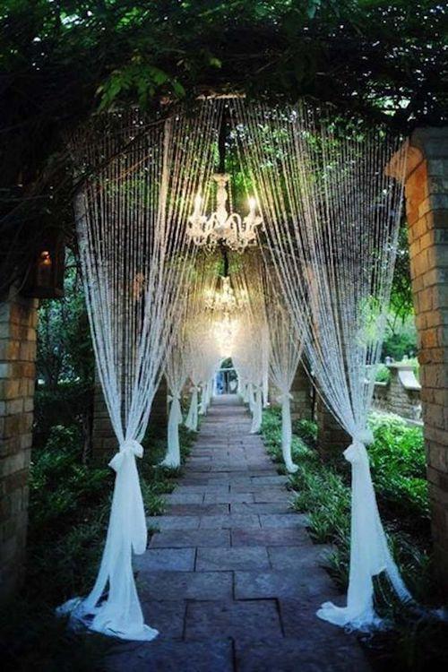 La planificación de bodas íntimas está a todo furor. Comienza con estas fabulosas y románticas ideas para bodas pequeñas y elegantes en jardín, llenas de capullos en flor. Andrea Polito Photography.