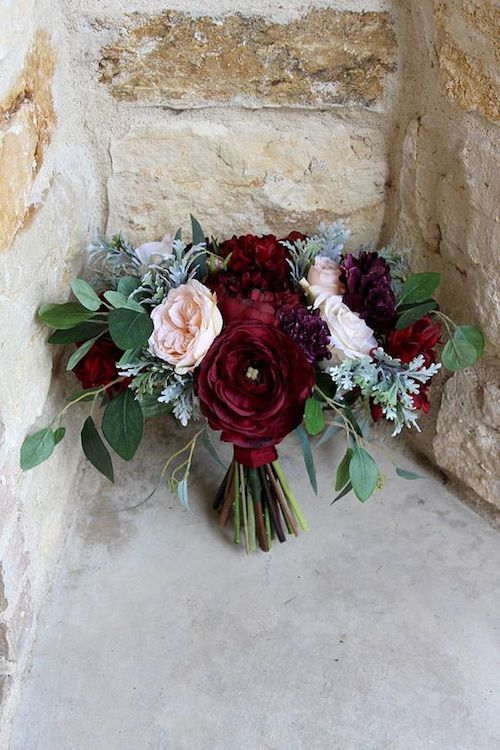 No dejes las tradiciones de lado. Escoge las que más te importen. Ramo de novia con flores de seda: ranúnculos, dalias, rosas y hojas de eucalipto via Etsy hecho en Texas.