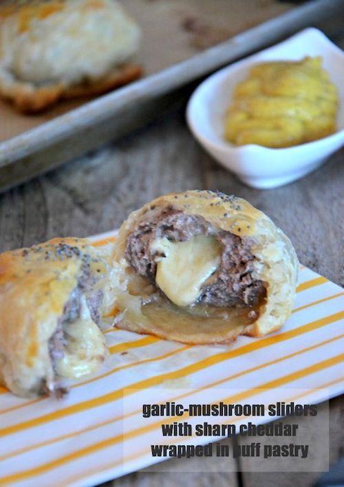 Sliders de setas y ajo envueltos en hojaldre con queso cheddar. Foto: mountainmamacooks.