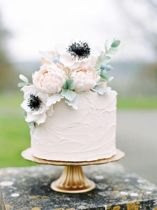 Romántica y magnífica tarta con un simple topper floral, ideal para una boda en invierno.