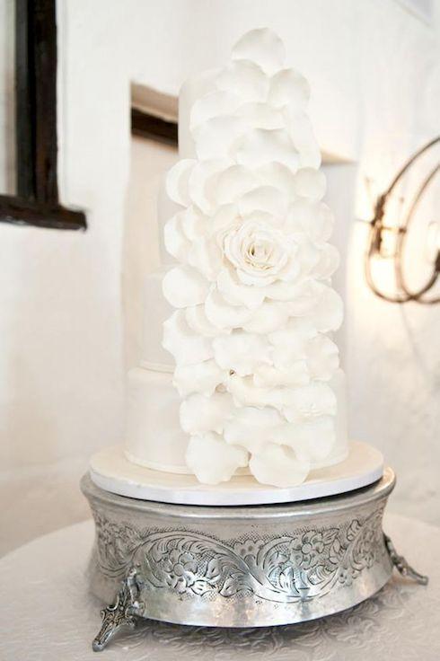 Si quieres algo simple y elegante no te puedes equivocar con una tarta redonda con flores.
