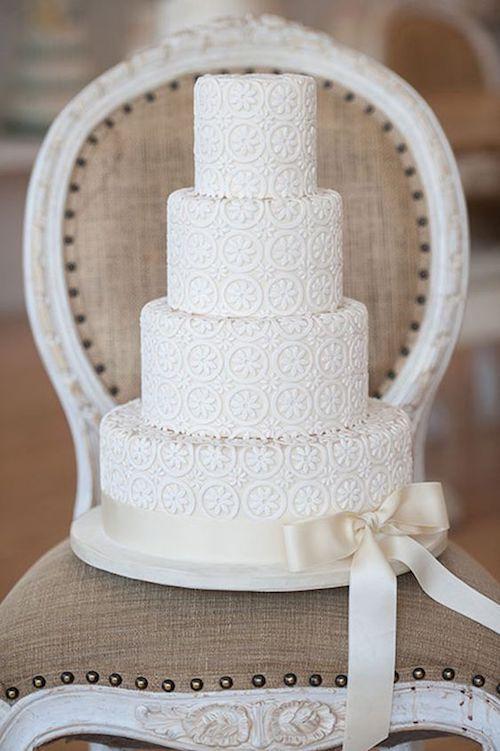 Hay algo puro y elegante en una torta de casamiento en blanco, evocan una belleza tranquila y apropiada para cualquier estación.