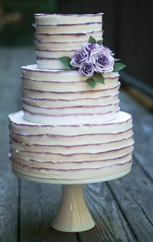 Torta de casamiento con tonos de lavanda en los volados.