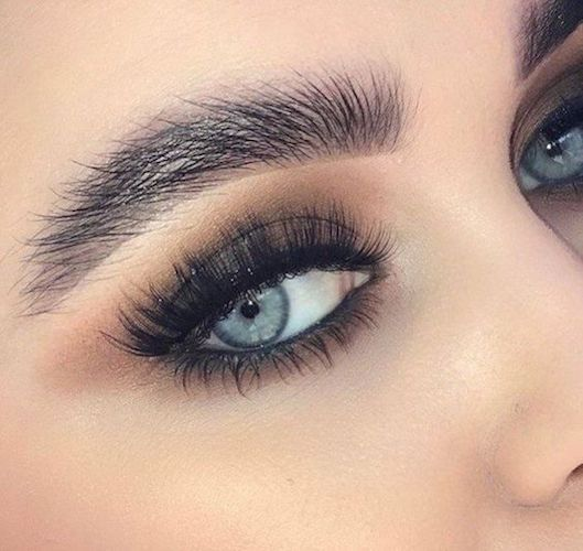 If you lack eyelid space, voluminous and very curvy eyelashes will do the trick!