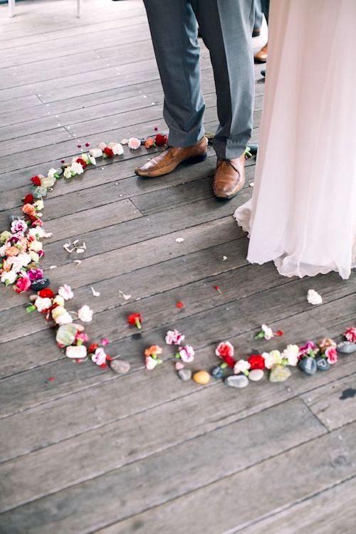 Recita tus votos matrimoniales dentro de un círculo de flores.