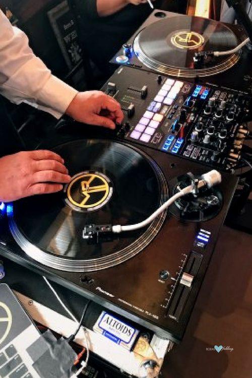 Deja que tu DJ maneje el ritmo de la música de acuerdo a la onda de tus invitados.