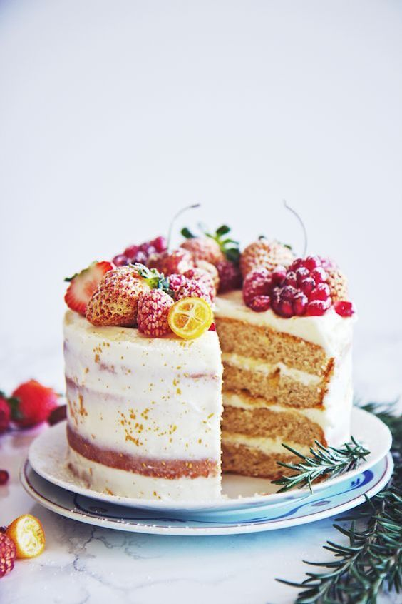 Almond and orange spice cake covered with fruits of the forest for your winter wedding by La Pêche Fraîche.