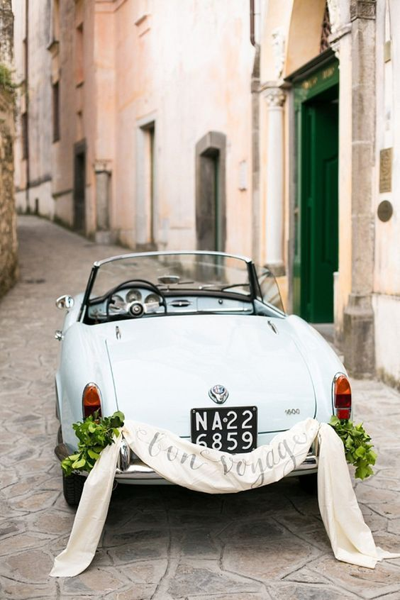 There is no need to trash a car This deco is ideal to bid farewell to the happy couple.