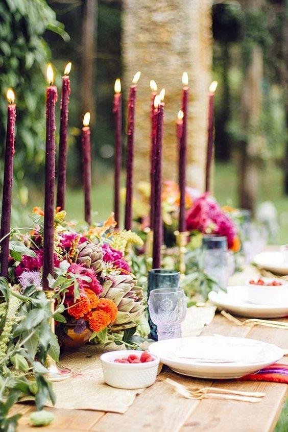 Las velas le otorgan un look elegante a esta boda en jardín.