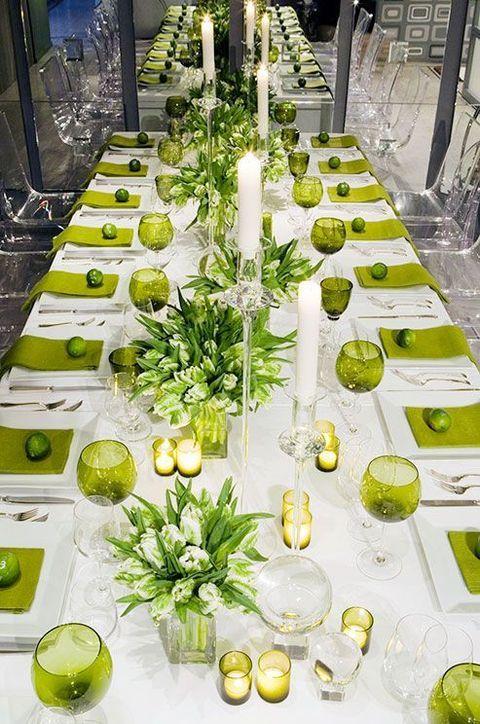 Amamos las bodas en primavera cuando todo florece. Mantel blanco, centros de mesa, copas y servilletas en verde. Pon una lima sobre el plato de cada comensal para hacerla mas única.