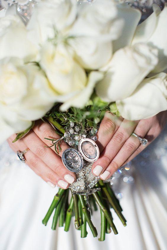 Lleva una cruz y la foto de tus familiares que ya no están contigo en tu bouquet de novia.