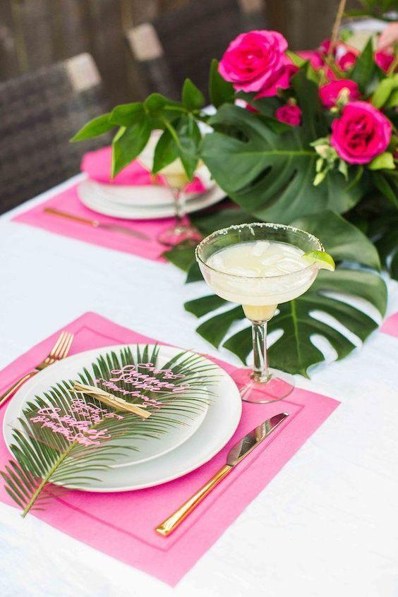 Colores tropicales, hojas de palma, fuchsias, verdes y dorados para una cena con inspiración South Beach por House of Harper.