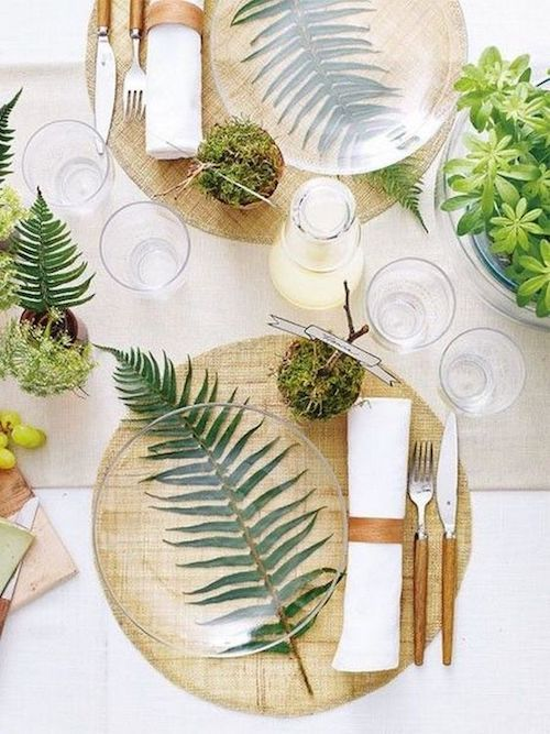 Musgo, hojas de helecho y vajilla transparente. Sencillez y originalidad en la decoración de mesas. Onechitecture photography.