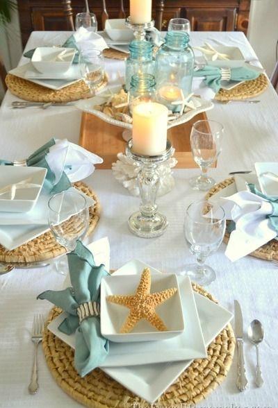 El detalle en la decoración de esta mesa está en la combinación de formas: redondo, cuadrado y estrella. La superposición de la vajilla lo hace más único aún.
