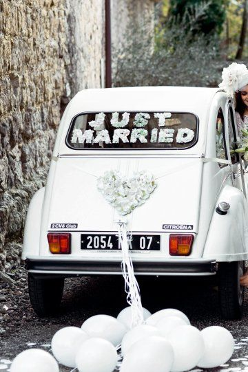 No limits to decorate the car of the newlyweds. A few words and a pretty heart adorned with artificial flowers cover it with charm.