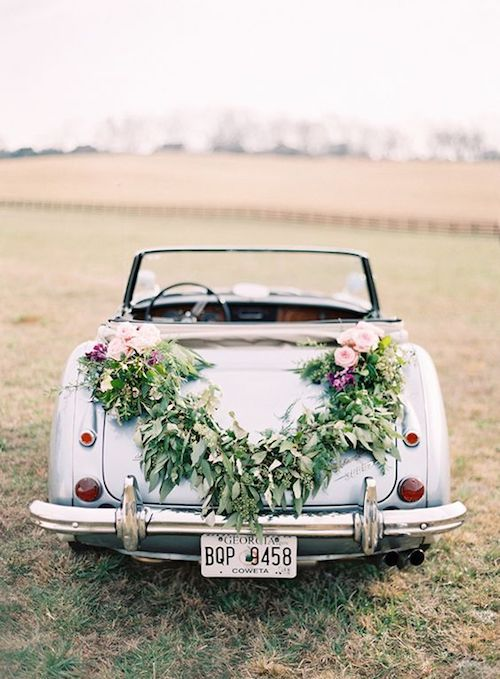 Elegant floral arrangement ideas to decorate the wedding car.