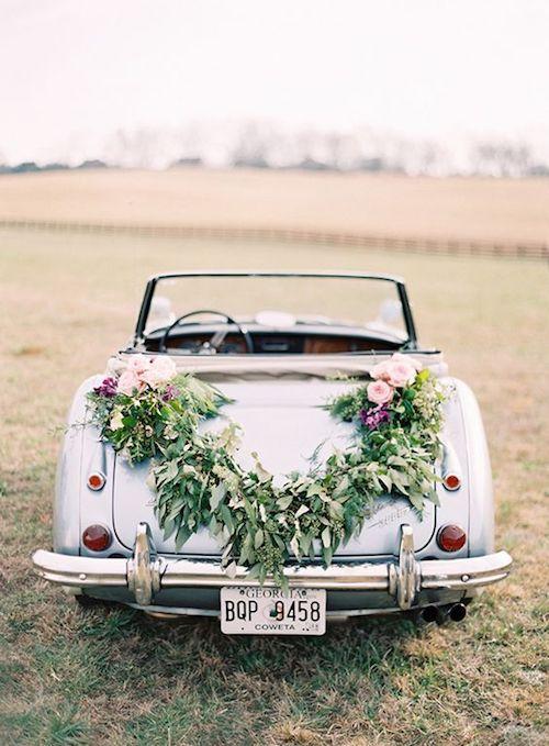 Elegant floral arrangement ideas to decorate the wedding car.
