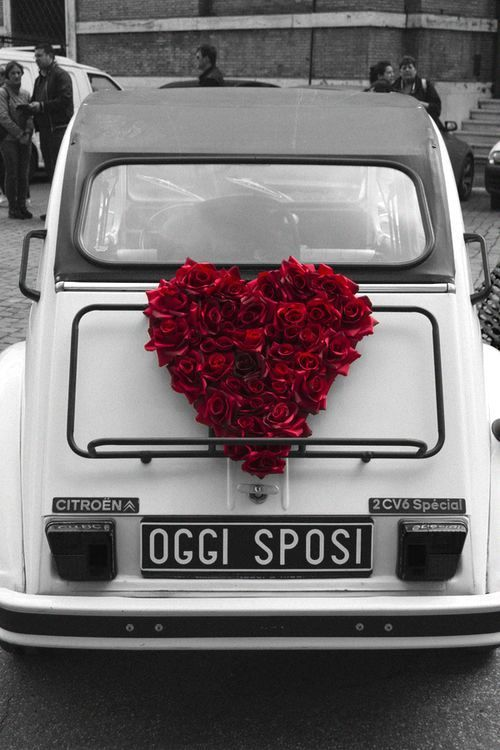 Adorable heart made of roses on this Citroen.
