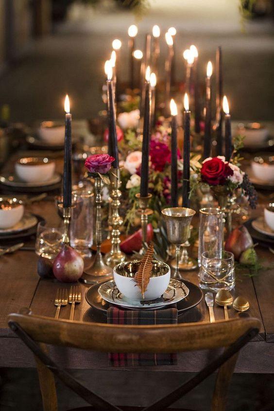 Velas altas en candelabros rosas y mucho dorado para reflejar la suave luz.