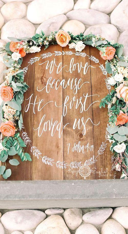 """Amamos porque el nos amo primero"" letrero de boda. Kayenglishphotography."