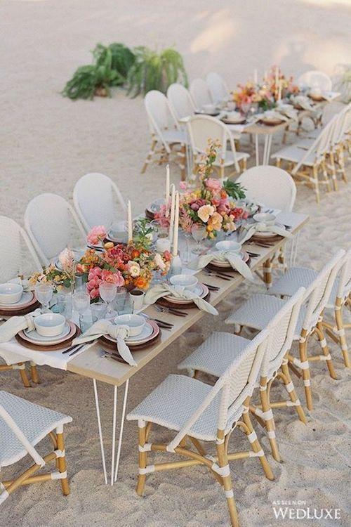 Lujo sobre la arena. ¿A que casi no notas las patas de metal de las mesas? Flores, candelabros y tonos terrosos. ¡Adiós mantel! ¡Bienvenido camino de mesa! Foto: weddluxe.