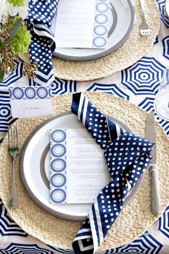 Decoración de mesa en azul y blanco para una boda en playa.