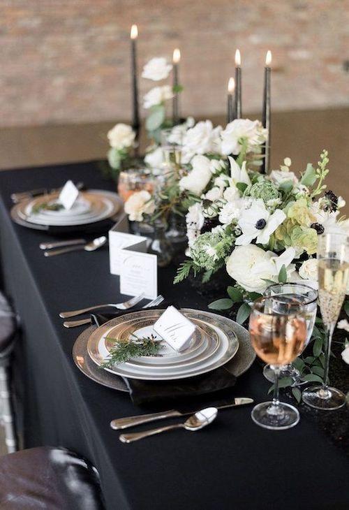 Negro y peltre para una mesa de banquete de bodas formal. Copa de agua, vino y champagne.