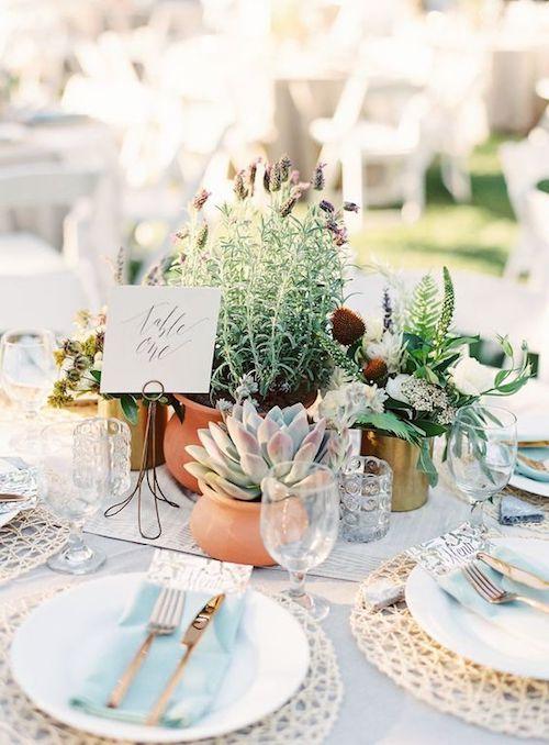 Los cubiertos sobre la servilleta denotan una mesa de banquete de bodas informal y las suculentas, el estilo boho.