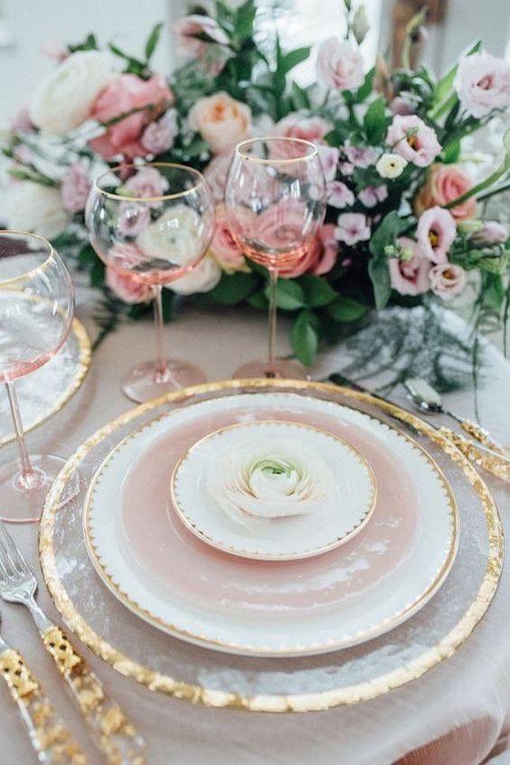 Rosas, lilas blush y un dorado escarchado para una mesa de banquete de bodas excepcional.