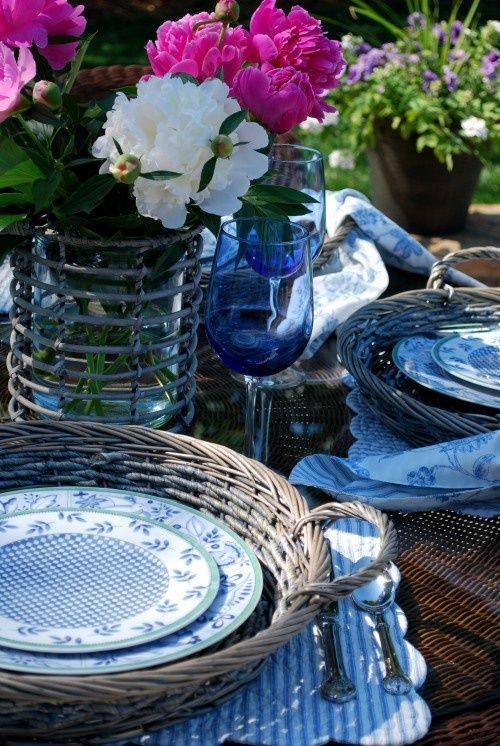Una mesa informal para una boda en el patio de casa. Foto: a curious gardener.