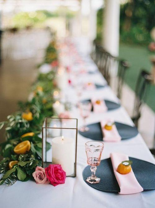 Original, ¿no? Mesa larga con sillas de un solo lado y un camino de mesas del otro en azul y blush de Swanky Soiree Events.