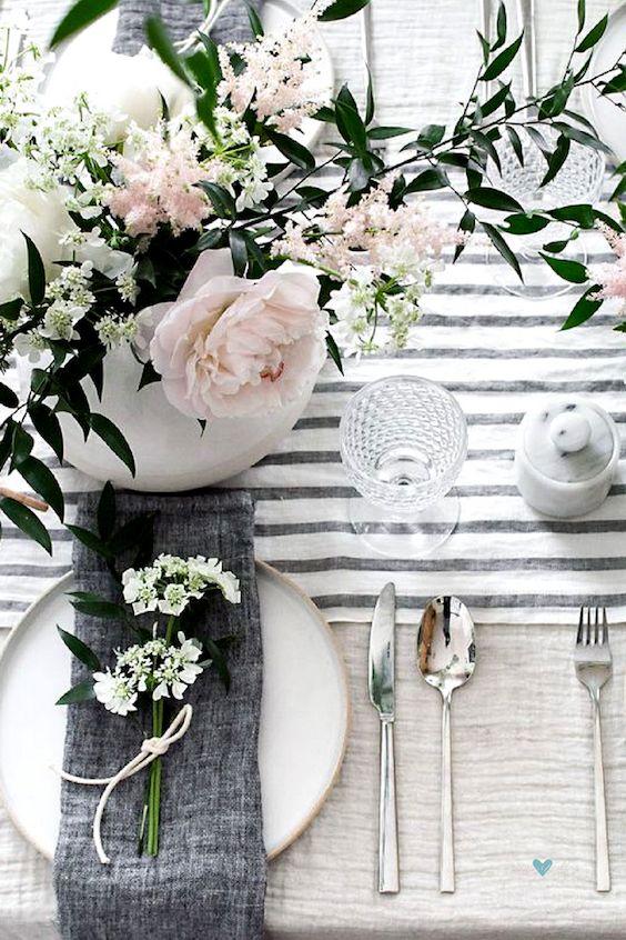 Mesa primaveral en rosa y gris.