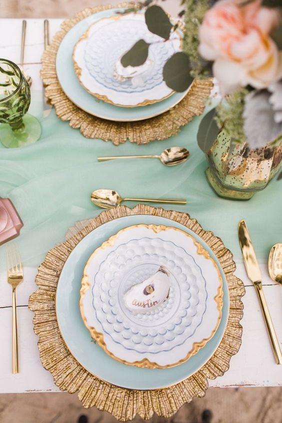 La combinación de verde marino y dorado le otorga un dejo de romanticismo a la mesa.