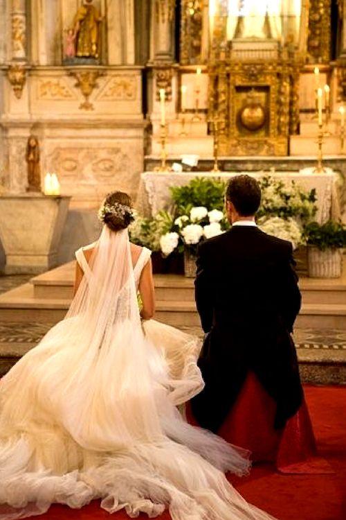 Cabe señalar que toda la música que se toca en una boda Católica debe ser religiosa. A veces se permiten selecciones clásicas - no solo durante la ceremonia - sino también antes y después.