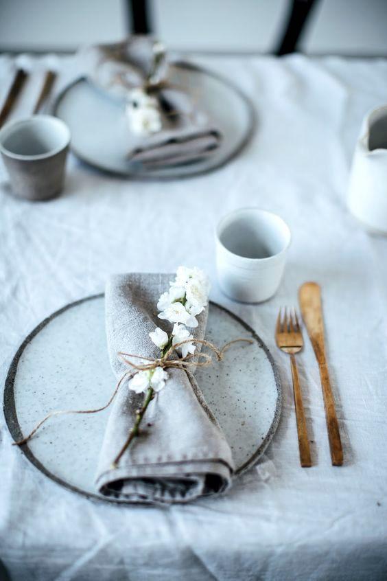 A veces un pequeño detalle como un ramito de flores atadas con hilo sisal cambia el tono de tu mesa.