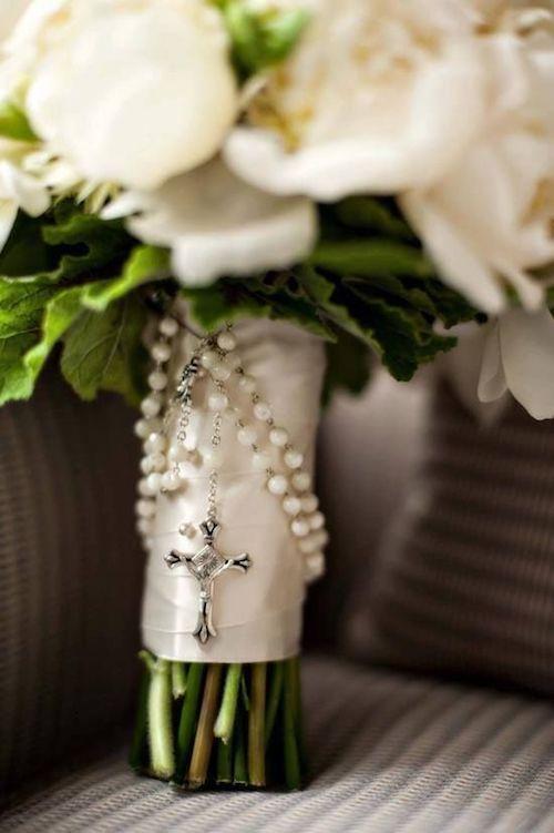 Me encanta esta idea para un ramo de boda Católica. Puedes usar el rosario que tienes desde que eras niña. B&G Photography.