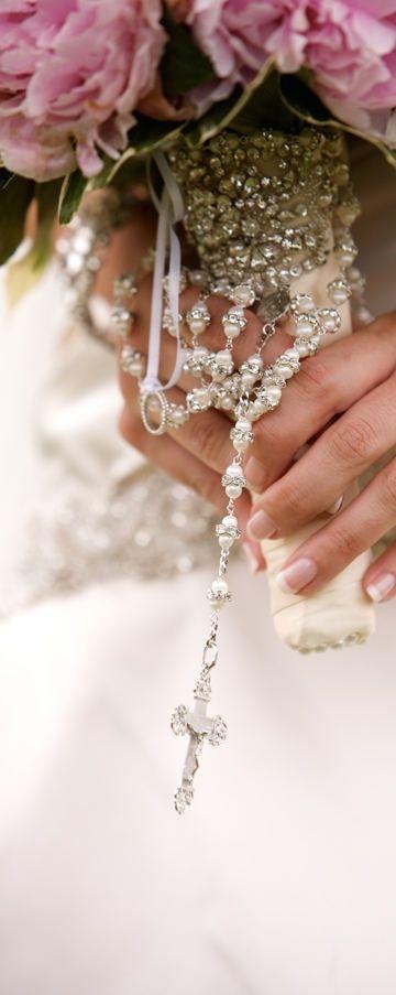 Un rosario en tu ramo de novia no es uno de los requisitos de la Iglesia Católica para contraer matrimonio pero que bonito detalle.