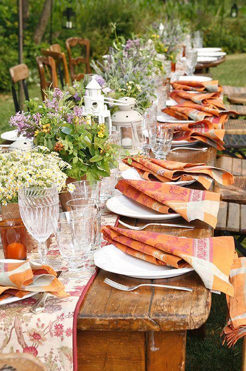 Ilumina tus mesas veraniegas con servilletas de colores, vivos faroles y flores silvestres. Foto: colin cowie weddings.