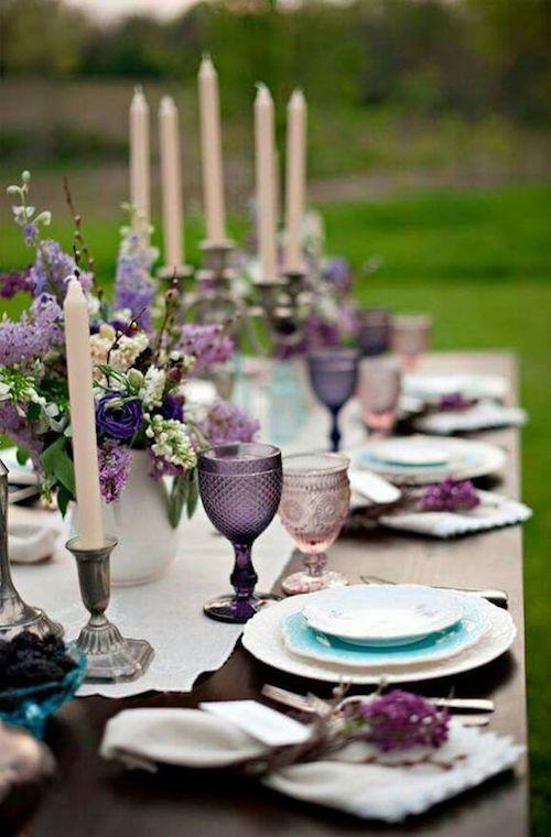 ¡Me encanta la combinación de morados, lilas y los acentos en turquesa! Tips para decorar las mesas del banquete de bodas.