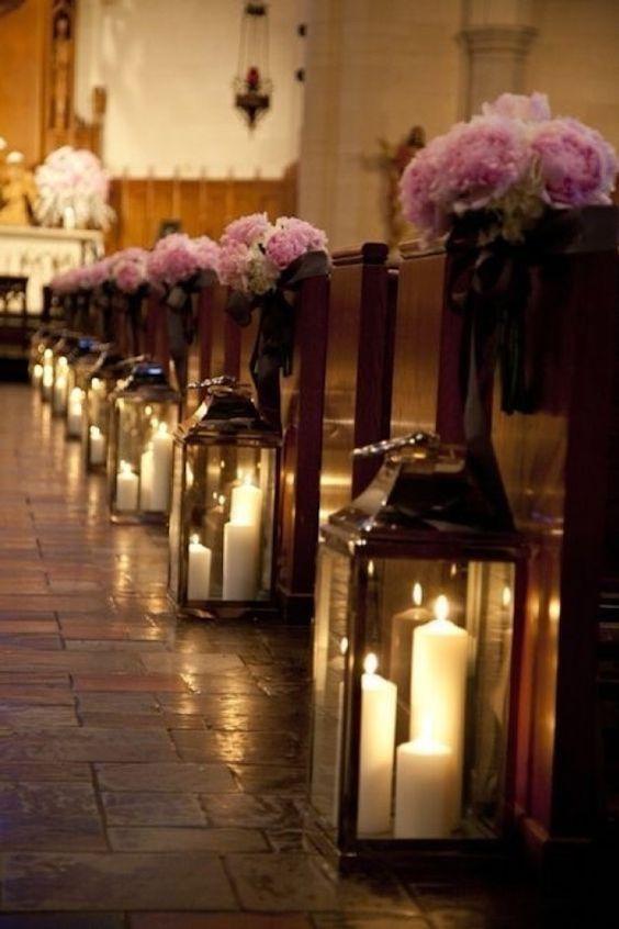 La combinación de velas y flores es muy hermosa.