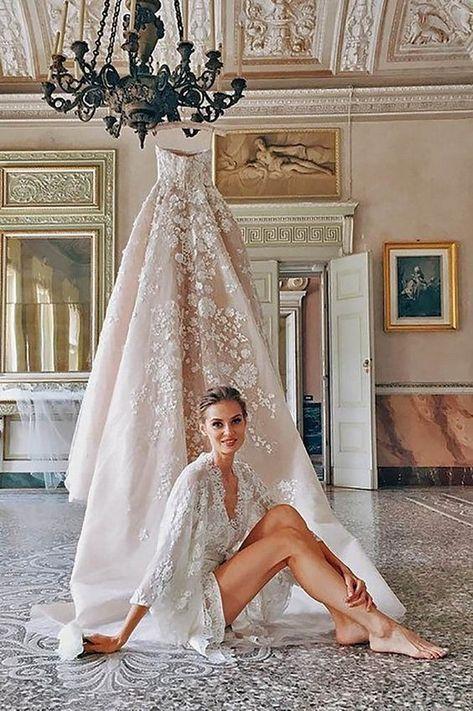 Pregúntale al sacerdote Católico si puedes llevar tu vestido con escote palabra de honor o si precisas algo más que el velo de novia para cubrir tus hombros y espalda.