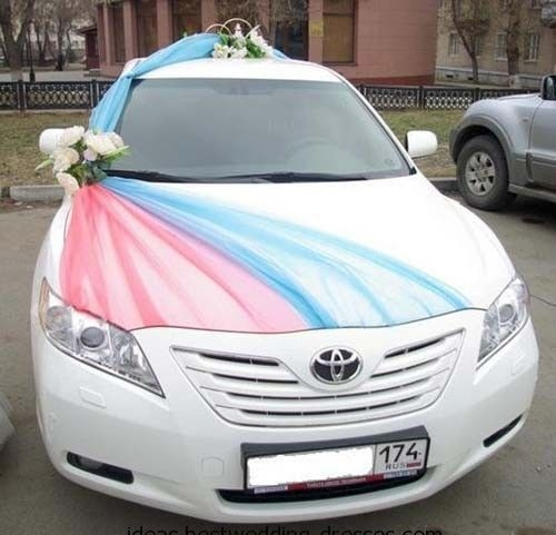 Creative and easy to make wedding car decor. Needed: tulle and flowers.