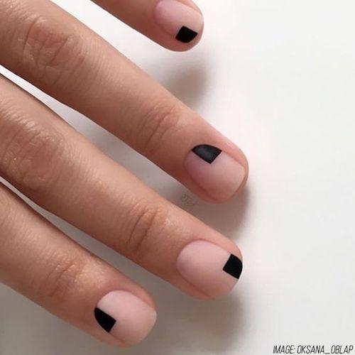 Diseño de arte minimalista que suma un toque oscuro a una uña en rosa muy natural. Foto: oksana oblap.