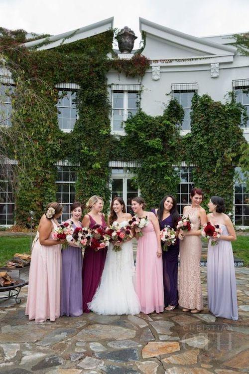 Una rica paleta de colores que combinada con el entorno rústico del granero hacen de esta boda de otoño una celebración imperdible en upstate New York. Christian Oth Studio.